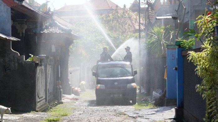 Cegah Penularan Covid-19, Pasukan Korem 163/Wira Satya Semprot Eco Enzyme di Desa Batubulan Gianyar