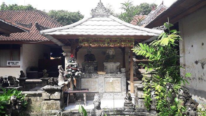 Patung A. J. Le Mayeur De Merpres dan Ni Nyoman Pollok yang berada di tengah-tengah 2 bangunan Museum Le Mayeur, Pantai Sanur, Bali.