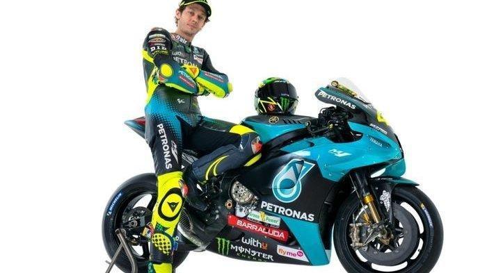 Pebalap Petronas Yamaha SRT, Valentino Rossi, ketika memamerkan livery tunggangannya pada MotoGP 2021.