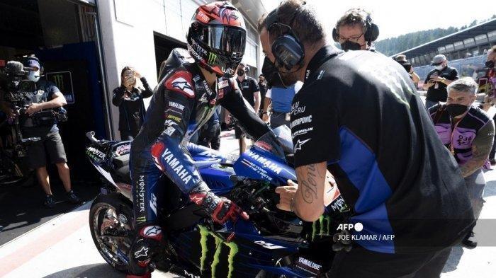 Pebalap Yamaha Prancis Fabio Quartararo dibantu mekaniknya saat sesi latihan bebas ketiga jelang Styrian Motorcycle Grand Prix di trek balap Red Bull Ring di Spielberg, Austria pada 7 Agustus 2021.