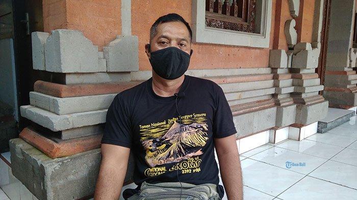 Pecalang Desa Adat Ubung, I Nyoman Sukanada yang memperoleh penghargaan dari Kapolri Jenderal Polisi Listyo Sigit Prabowo, di kediamannya Gang Suli, Jalan Cokroaminoto, Ubung, Denpasar Utara, Denpasar, Bali, Sabtu 13 Februari 2021.