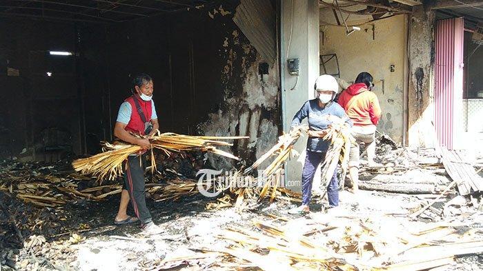 Pedagang Pasar Blahbatuh Kais Puing-puing Sisa Kebakaran, Putu Eka: Habis, Tersisa Ini Saja