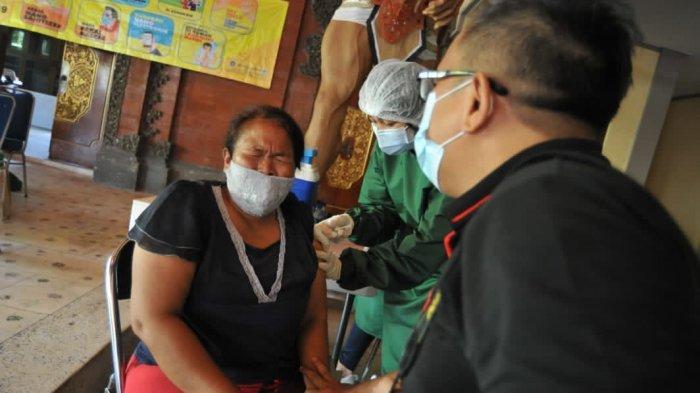 Pedagang Pasar Mulai Terima Vaksin Covid-19, Wabup Badung: Kita Percepatan Pelaksanaan Vaksinasi