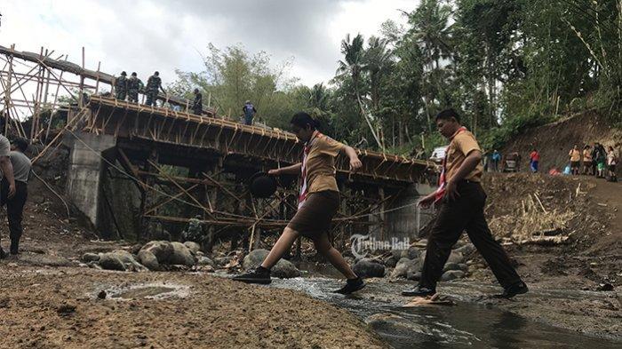 Siswa Semringah Punya Jembatan, Sebelumnya Harus Seberangi Sungai untuk Sekolah