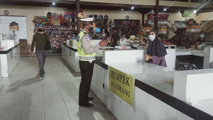 Pelaksanaan Hari Kedua PPKM Darurat, Petugas Gabungan Sasar Pasar Desa Adat Legian