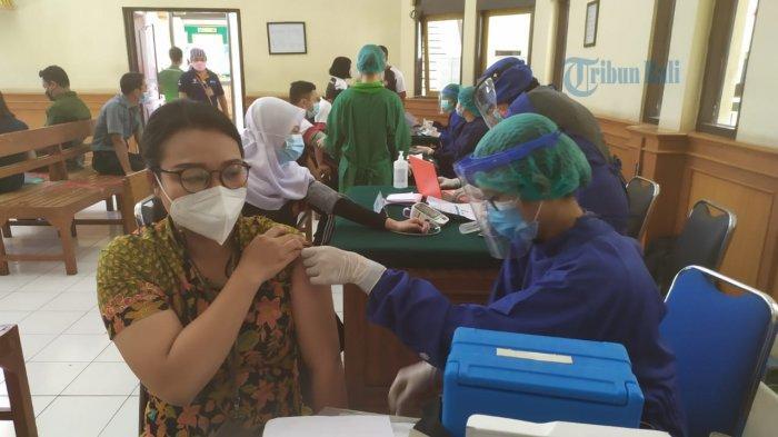 Pelaksanaan Vaksinasi Dosis Kedua, 100 Persen Warga PN Denpasar Telah Divaksinasi