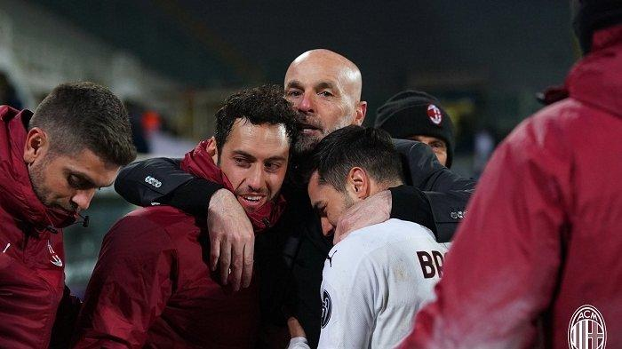 Pelatih AC Milan Stefano Pioli merayakan kemenangan Rossoneri setelah mengalahkan Fiorentina 2-3 dilanjutan Liga Italia pekan 28.