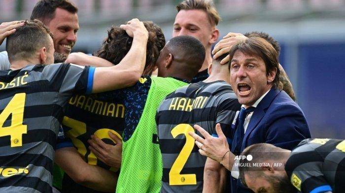 Pelatih Inter Milan Italia Antonio Conte (kanan) bereaksi setelah Inter membuka skor pada pertandingan sepak bola Serie A Italia Inter Milan vs Hellas Verona pada 25 April 2021 di stadion San Siro di Milan.