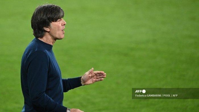 Pelatih Jerman Joachim Loew bereaksi selama pertandingan sepak bola persahabatan Jerman v Denmark di Innsbruck, Austria pada 2 Juni 2021, dalam persiapan untuk Kejuaraan Eropa UEFA.