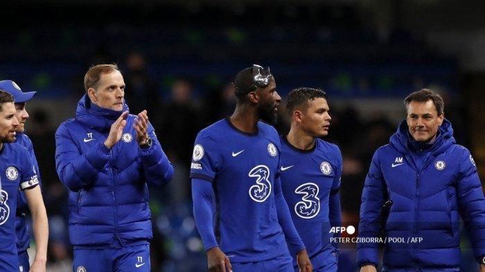 Pelatih kepala Chelsea asal Jerman Thomas Tuchel (kiri) memberikan tepuk tangan kepada para penggemar setelah pertandingan sepak bola Liga Utama Inggris antara Chelsea melawan Leicester City di Stamford Bridge di London pada 18 Mei 2021. Chelsea memenangkan pertandingan 2-1.