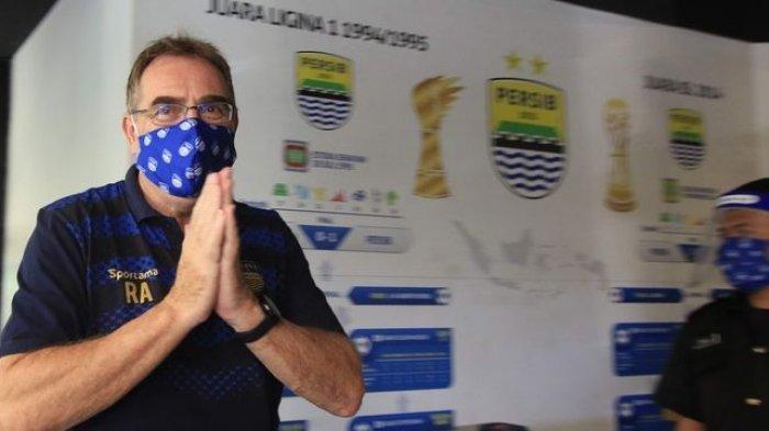 Pelatih Persib Bandung, Robert Alberts, menjelaskan pemain akhirnya menerima pemotongan gaji setelah mendengarkan penjelasan manajemen, Rabu (29/7/2020).