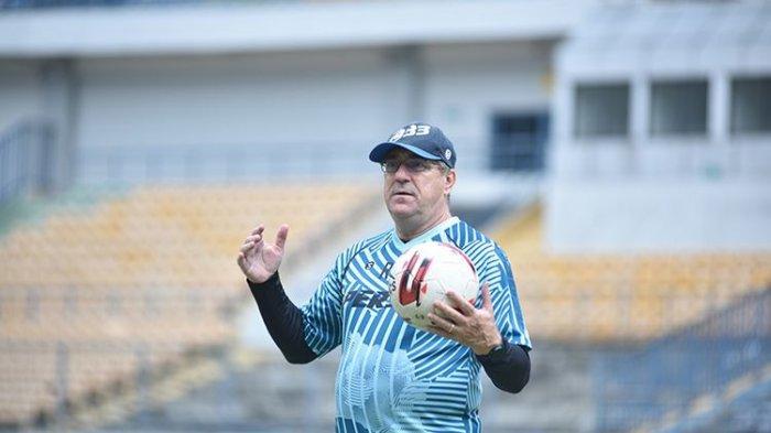 Pelatih Persib Bandung, Robert Rene Alberts, memimpin sesi latihan di Stadion GBLA, Kota Bandung, Senin, 31 Mei 2021.