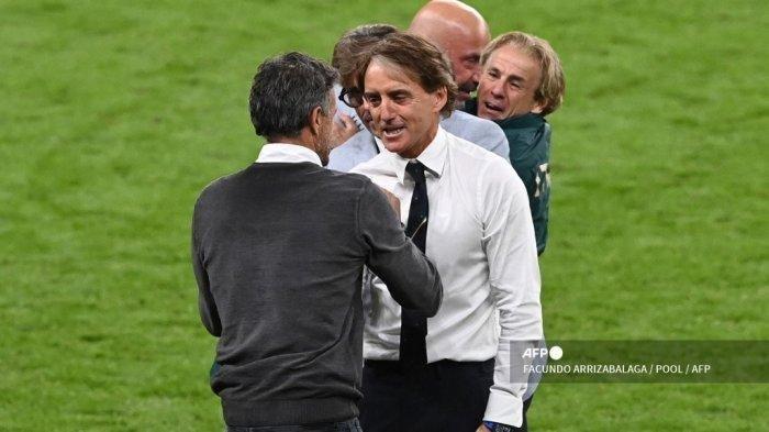 Pelatih Spanyol Luis Enrique (kiri) berjabat tangan dengan pelatih Italia Roberto Mancini pada akhir pertandingan sepak bola semifinal UEFA EURO 2020 antara Italia dan Spanyol di Stadion Wembley di London pada 6 Juli 2021.