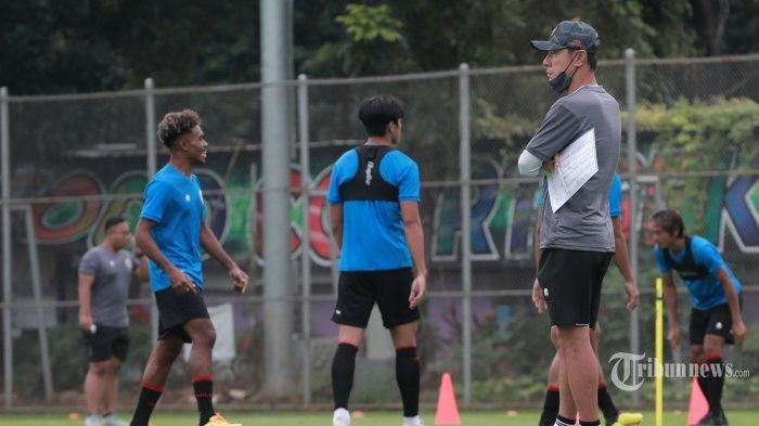 Pelatih Timnas Indonesia, Shin Tae-yong memimpin pesepak bola Timnas Indonesia U-23 melakukan latihan di Lapangan D Gelora Bung Karno, Jakarta Pusat, Rabu (10/2/2021). Timnas Indonesia U-23 mulai melakukan Training Camp (TC) untuk persiapan SEA Games 2021 di Vietnam.