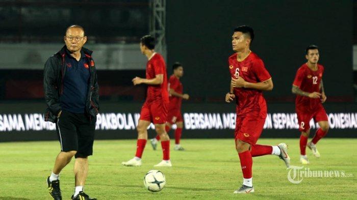 Pelatih Timnas Vietnam Park Hang-seo (kiri) memimpin latihan di Stadion Kapten I Wayan Dipta Gianyar, Senin, 14 Oktober 2019. Latihan tersebut digelar sebagai persiapan jelang pertandingan kualifikasi Piala Dunia 2022 melawan Indonesia pada Selasa 15 Oktober 2019.