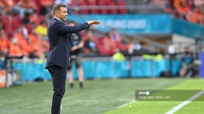 Pelatih Ukraina Andrey Shevchenko berbicara kepada para pemainnya selama pertandingan sepak bola Grup C UEFA EURO 2020 antara Belanda dan Ukraina di Johan Cruyff Arena di Amsterdam pada 13 Juni 2021. JOHN THYS / POOL / AFP