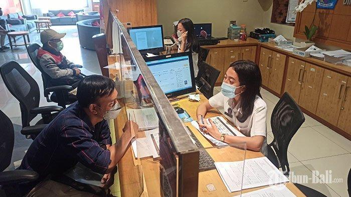 Suasana pelayanan publik di Gedung Sewaka Dharma Lumintang, Denpasar, Senin 5 Juli 2021. Tempat Pelayanan Publik selama PPKM Darurat  tetap buka seperti biasa, namun pelayanan publik offline di Kota Denpasar dibatasi maksimal 25 persen.