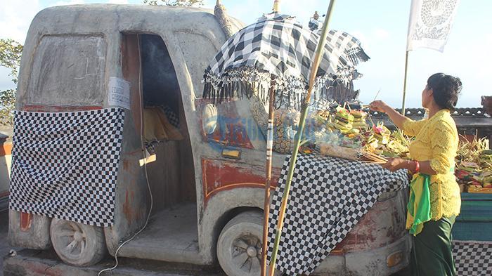 Melihat Lebih Dekat 'Pura Mobil' di Nusa Penida, Ini Kekuatan Gaibnya