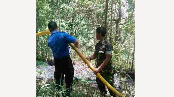 Babinsa Kodim Bangli dan Warga Padamkan Kebakaran Hutan
