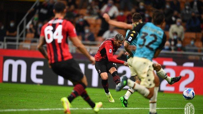 Pemain AC Milan Theo Hernandez melepaskan sepakan terukurnya ke gawang Venezia di San Siro, Kamis 23 September 2021.