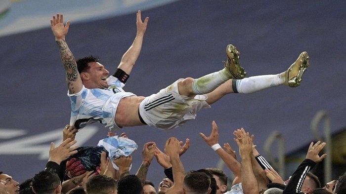Pemain Argentina Lionel Messi dilempar ke udara oleh rekan satu timnya setelah memenangkan pertandingan final turnamen sepak bola Copa America Conmebol 2021 melawan Brasil di Stadion Maracana di Rio de Janeiro, Brasil, pada 10 Juli 2021. Argentina menang 1-0.