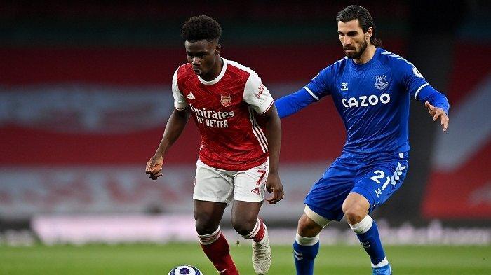Pemain Arsenal Bukayo Saka ditempel ketat pemain Everton dilanjutan Liga Inggris.