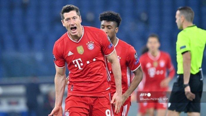 Pemain depan Bayern Munich Robert Lewandowski merayakannya setelah membuka skor pada pertandingan leg pertama babak 16 besar Liga Champions UEFA Lazio Roma vs Bayern Munich pada 23 Februari 2021 di stadion Olimpiade di Roma.