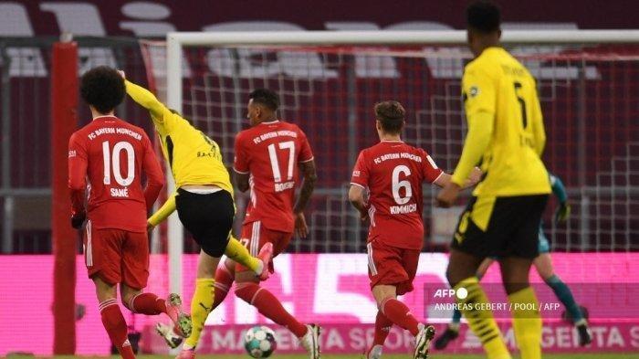 Pemain depan Dortmund asal Norwegia Erling Braut Haaland (2ndL) mencetak gol pembuka dalam pertandingan sepak bola divisi pertama Bundesliga Jerman antara FC Bayern Munich dan BVB Borussia Dortmund di Munich, Jerman selatan, pada 6 Maret 2021.