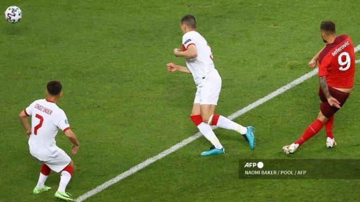 Pemain depan Swiss Haris Seferovic (kanan) mencetak gol pembuka pada pertandingan sepak bola Grup A UEFA EURO 2020 antara Swiss dan Turki di Stadion Olimpiade di Baku pada 20 Juni 2021.