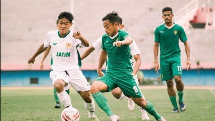 Pemain Persebaya Surabaya, Samsul Arif Munip saat beruji coba dengan PON Jatim yang berakhir imbang 2-2, pada Jumat (12/3/2021). Uji coba ini sebagai persiapan Piala Menpora 2021.