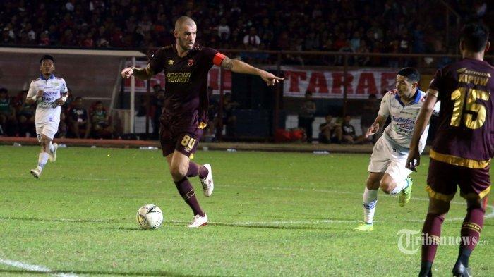 Pemain PSM Makassar, Wiljan Pluim mengontrol bola saat bertanding melawan Persib Bandung dalam laga lanjutan Liga 1 2019 di Stadion Andi Mattalata, Makassar, Sulawesi Selatan, Minggu (18/8/2019). Tim Juku Eja berhasil mengalahkan tim Maung Bandung dengan skor 3-1.