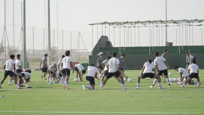 Pemain Timnas Indonesia menjalani latihan di JA (Jebel Ali) Sports Center and Shooting Club, Dubai, Uni Emirat Arab pada Senin, 24 Mei 2021 pukul 07.00 pagi waktu setempat.