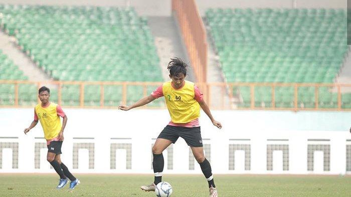 Berlatih Bersama Bali United, Komang Tri Pertahankan Fisik Demi Satu Posisi di Timnas Indonesia U-19