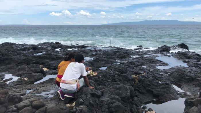 Tiga Pemancing Hilang di Pantai Mimba Karangasem, Keluarga Korban Gelar Upacara di Lokasi Kejadian