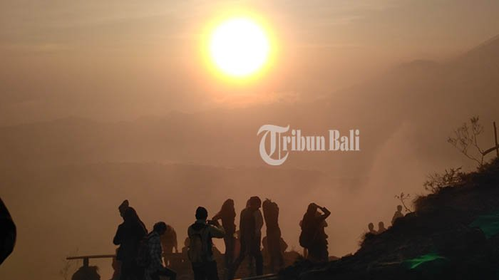 Pemandangan matahari terbit yang berhasil diabadikan Tribun Bali dari Puncak Gunung Batur, Kintamani, Bangli, Bali, Minggu (14/10/2018).
