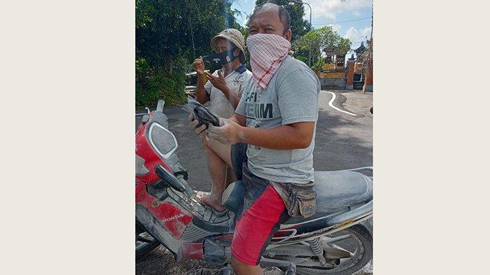 Satgas Desa Pesaban Bagikan Hand Sanitizer dan Masker ke Warga
