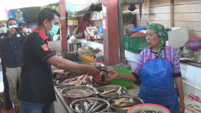 Satuan Reskrim Polres Jembrana Bagikan Masker Gratis, Sasar Pedagang Pasar
