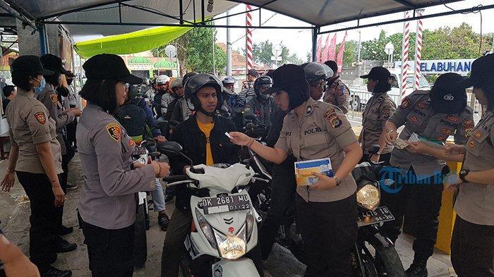 25 Polwan di Pelabuhan Gilimanuk Bali Bagi-bagi Masker ke Pemudik