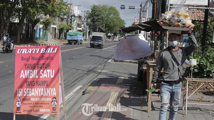 Kegiatan pembagian nasi gratis bertajuk Urati Bali di Gatsu Timu, Denpasar, Sabtu 17 Juli 2021. Kegiatan ini akan digelar hingga akhir Juli 2021 seiring PPKM darurat juga diperpanjang hingga akhir Juli.