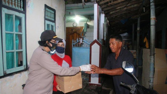 Dapur Bhayangkari Polres Gianyar Membagikan Takjil dan Nasi Bungkus di Tengah Pandemi Covid-19