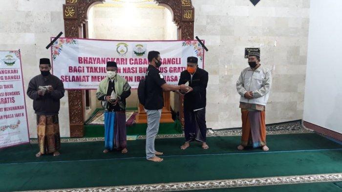 Bhayangkari Cabang Bangli Berbagi Takjil dan Nasi Bungkus di Masjid Al Muhajirin Kintamani