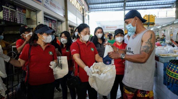 Peringati Hari Lingkungan Hidup, 200 Tas Ramah Lingkungan Dibagikan di Pasar Sindhu Denpasar
