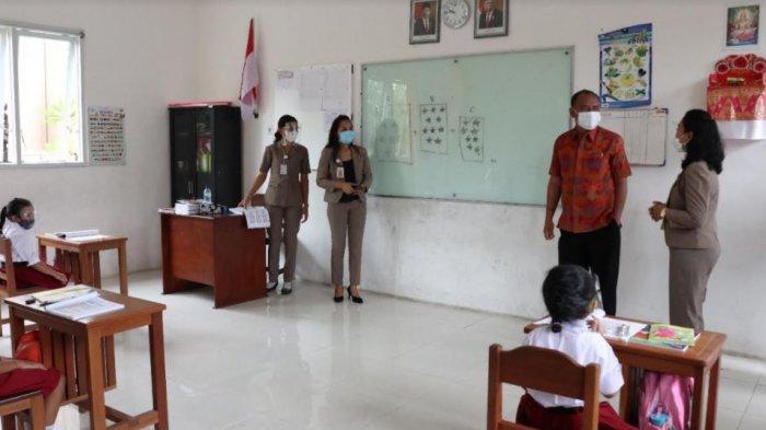 Bupati Bangli, I Made Gianyar ketika meninjau pelaksanaan pembelajaran tatap muka di SD Bilingual School, Bangli, Senin (4/1/2021)
