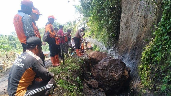 Hujan Deras, Saluran Irigasi di Desa Getakan Klungkung Tertutup Material Tanah Longsor