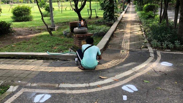 Persiapan Pembukaan Tempat Publik, Denpasar Pasang Pembatas Social Distancing di Taman Lumintang