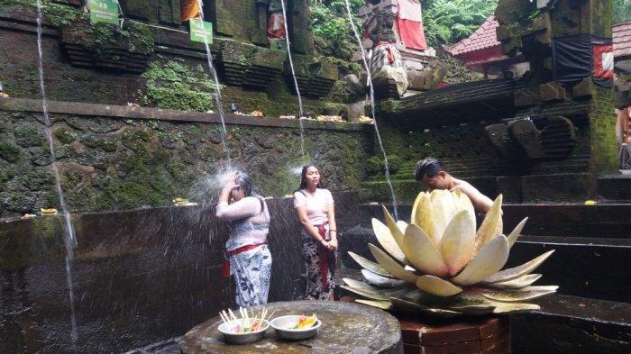 Pelukatan Banyu Pinaruh diTirta Pecampuhan Sala Bangli Terapkan Protokol Kesehatan