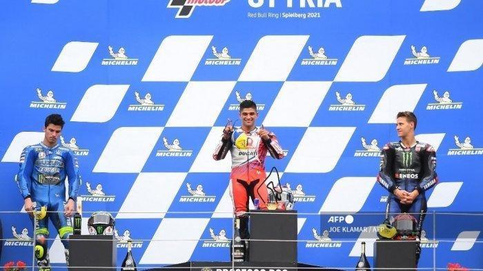 Pembalap Suzuki Spanyol peringkat kedua Joan Mir, pemenang Ducati-Pramac pembalap Spanyol Jorge Martin dan pembalap Yamaha Prancis peringkat ketiga Fabio Quartararo merayakan di podium setelah Grand Prix Sepeda Motor Styrian di trek balap Red Bull Ring di Spielberg, Austria pada 8 Agustus 2021.
