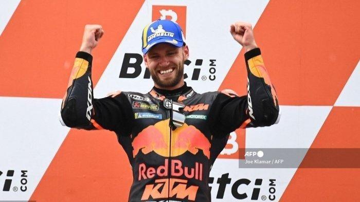 Pemenang KTM Pembalap Afrika Selatan Brad Binder merayakan di podium setelah memenangkan Grand Prix Sepeda Motor Austria di trek balap Red Bull Ring di Spielberg, Austria pada 15 Agustus 2021.