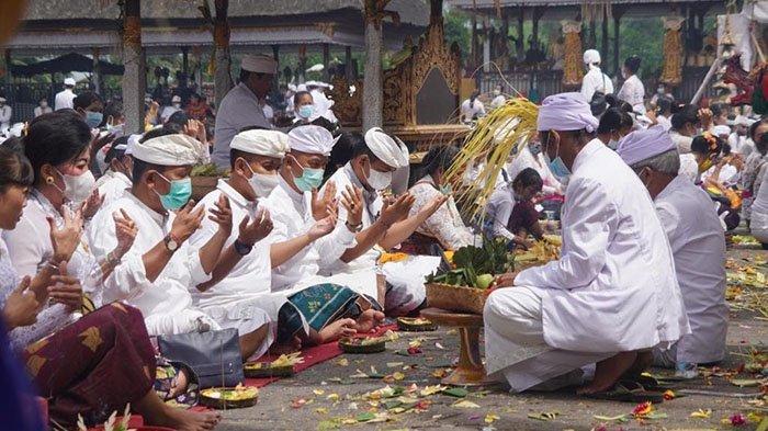 Wabup Jembrana Patriana Krisna Hadiri Bhakti Penganyar di Pura Besakih