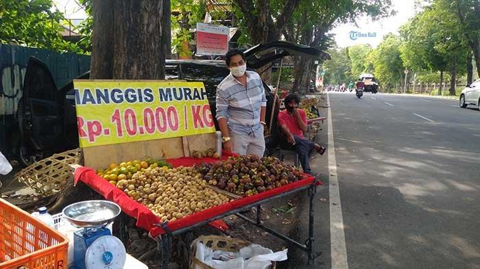 Pedagang di Pinggir Jalan Menjamur, Pengelola Pasar Desa di Denpasar Keluhkan Omzet Terus Merosot